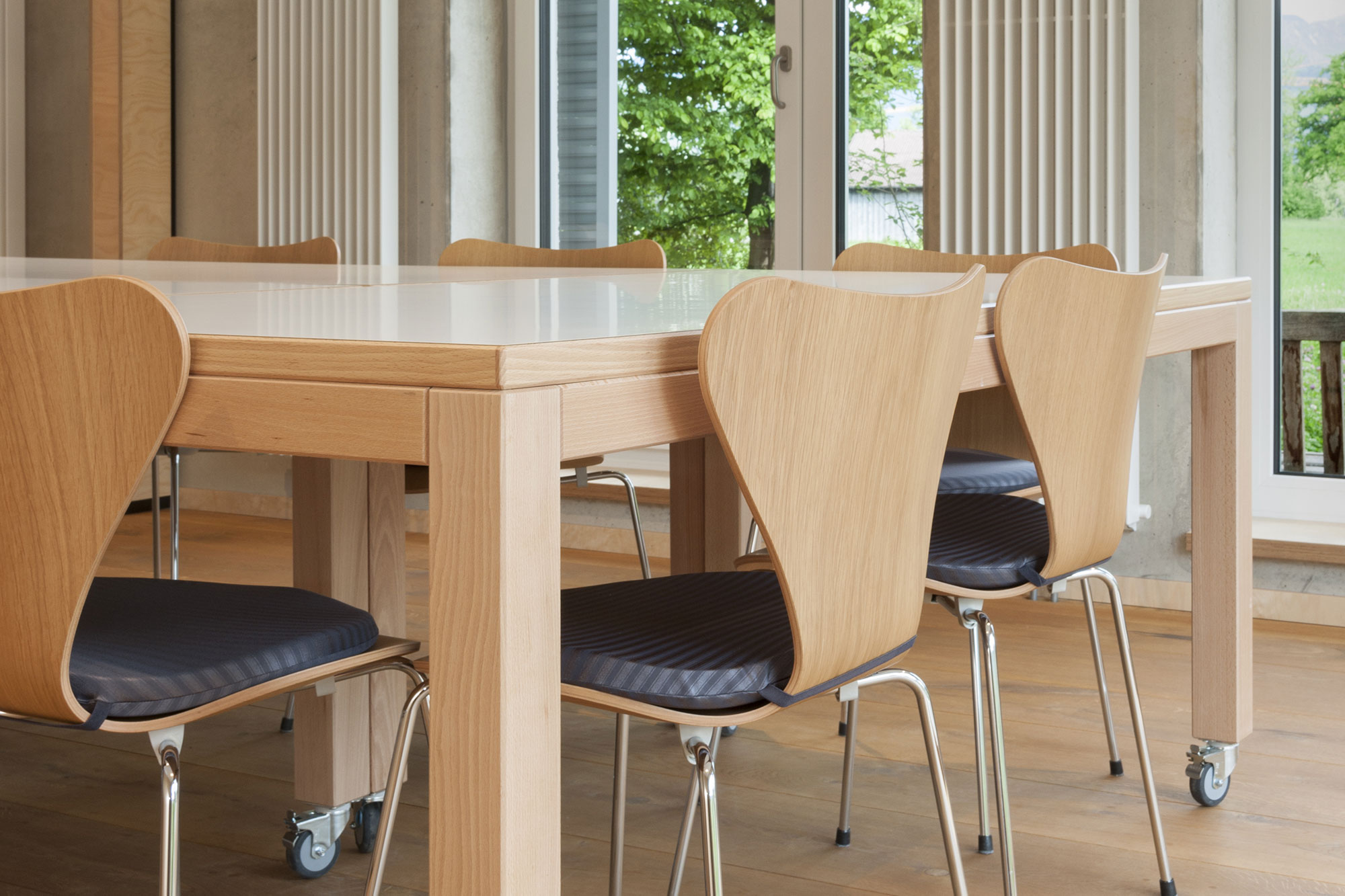 Tischlerei Stöckl Ebbs Inneneinrichtung Anita Büromöbel Büro Besprechungsraum Tisch Stühle