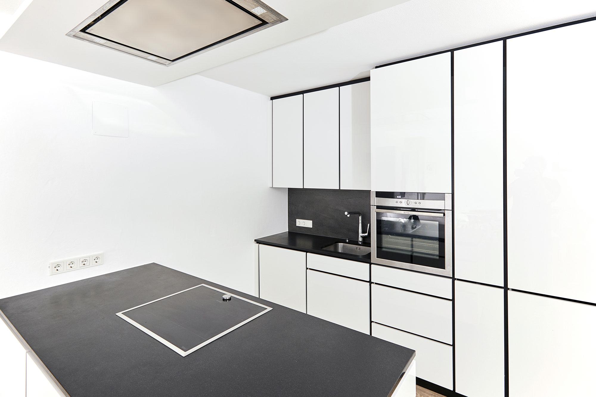 Tischlerei Stöckl Ebbs Inneneinrichtung Küche Wohnküche Hochglanz black/white Quooker