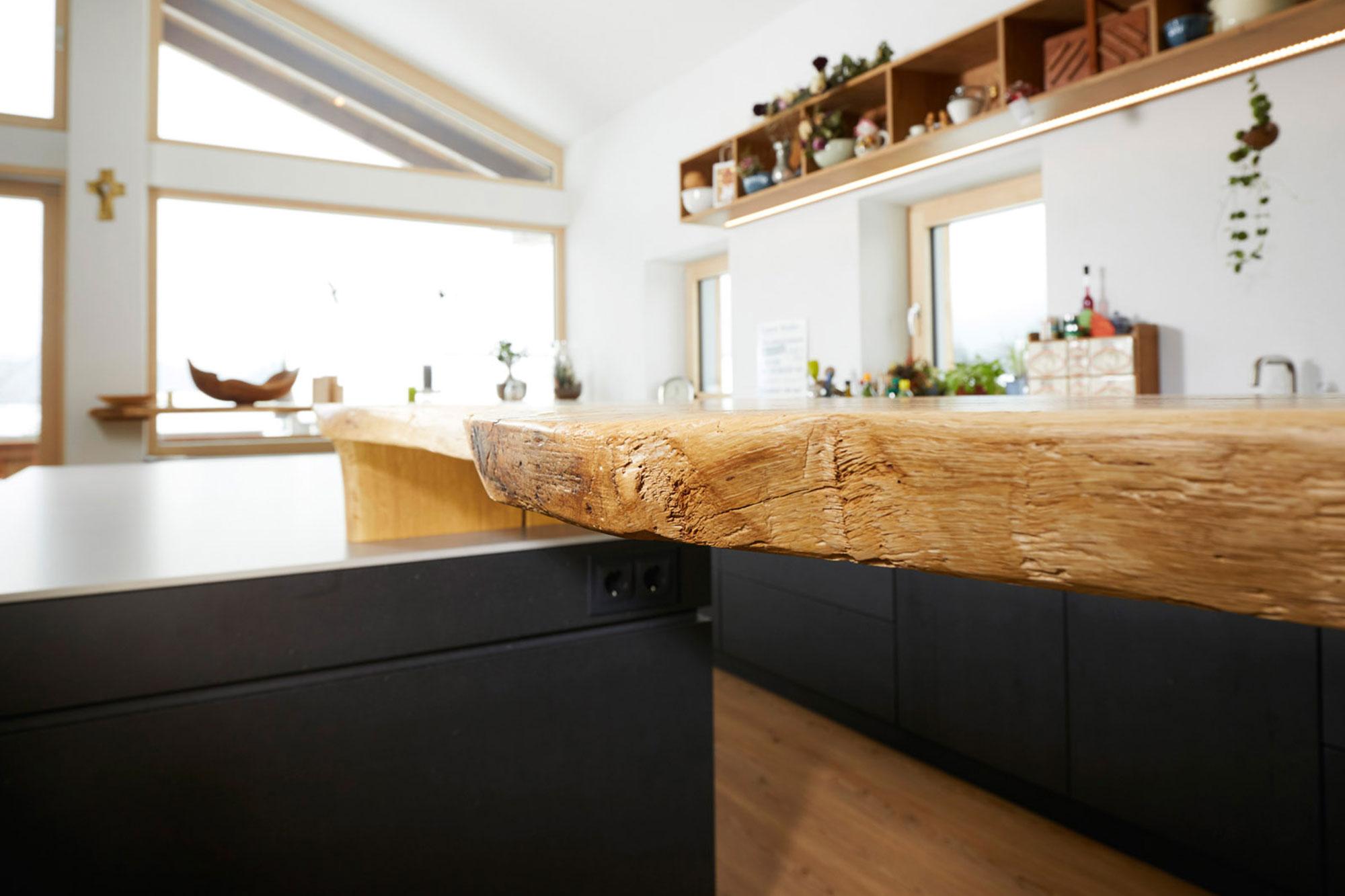 Tischlerei Stöckl Ebbs Wohnküche Echtbeton Inneneinrichtung Möbel Detailaufnahme Holz Quooker