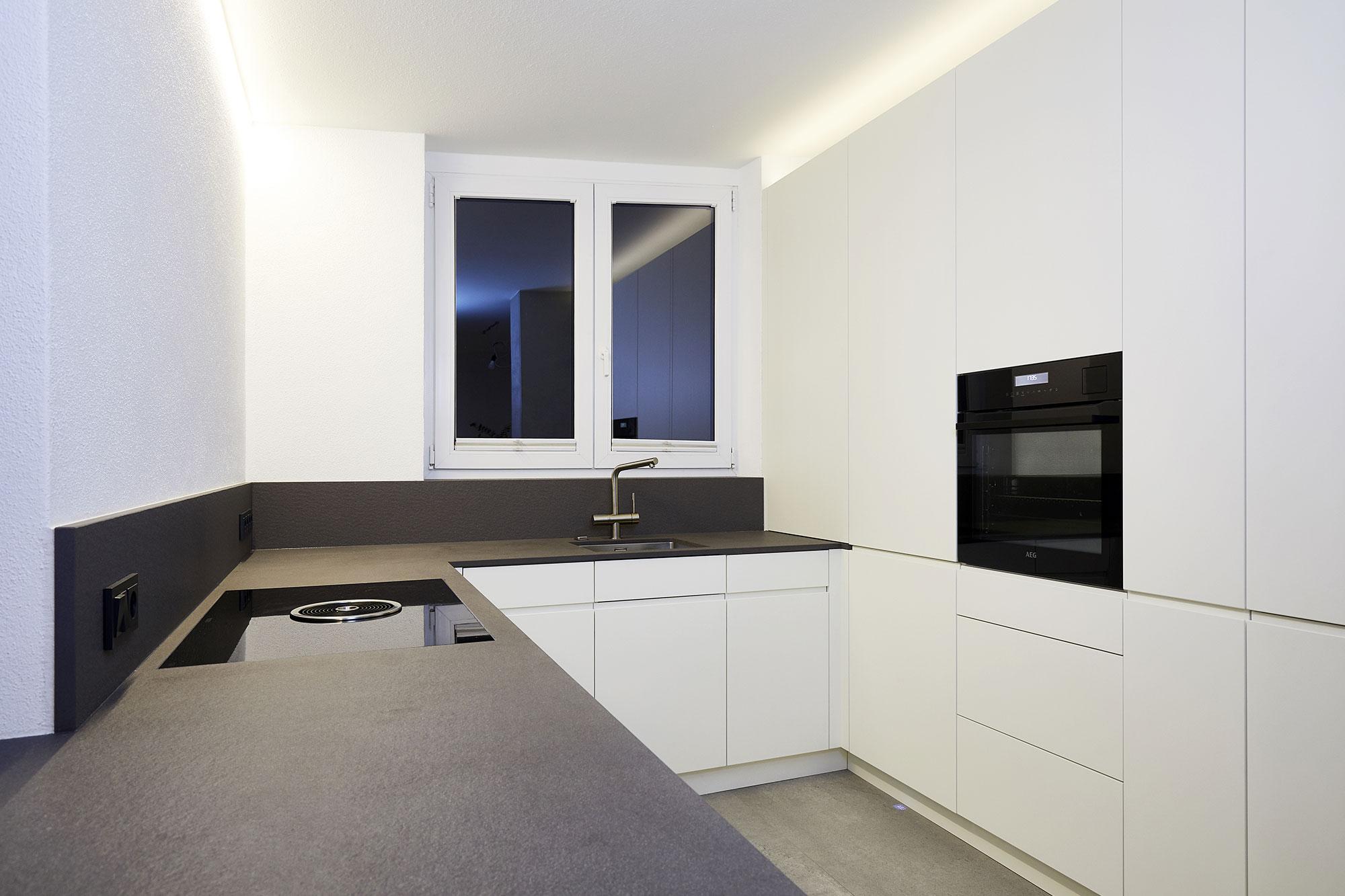 Tischlerei Stöckl Ebbs Inneneinrichtung Küche Wohnküche matt weiß Quooker